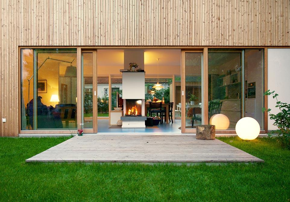 Architektenhaus aus Holz mit Holzverschalung