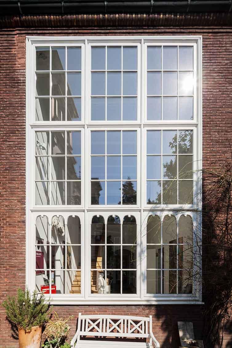 Großes Sprossenfenster aus Holz, Bremen, Außenansicht