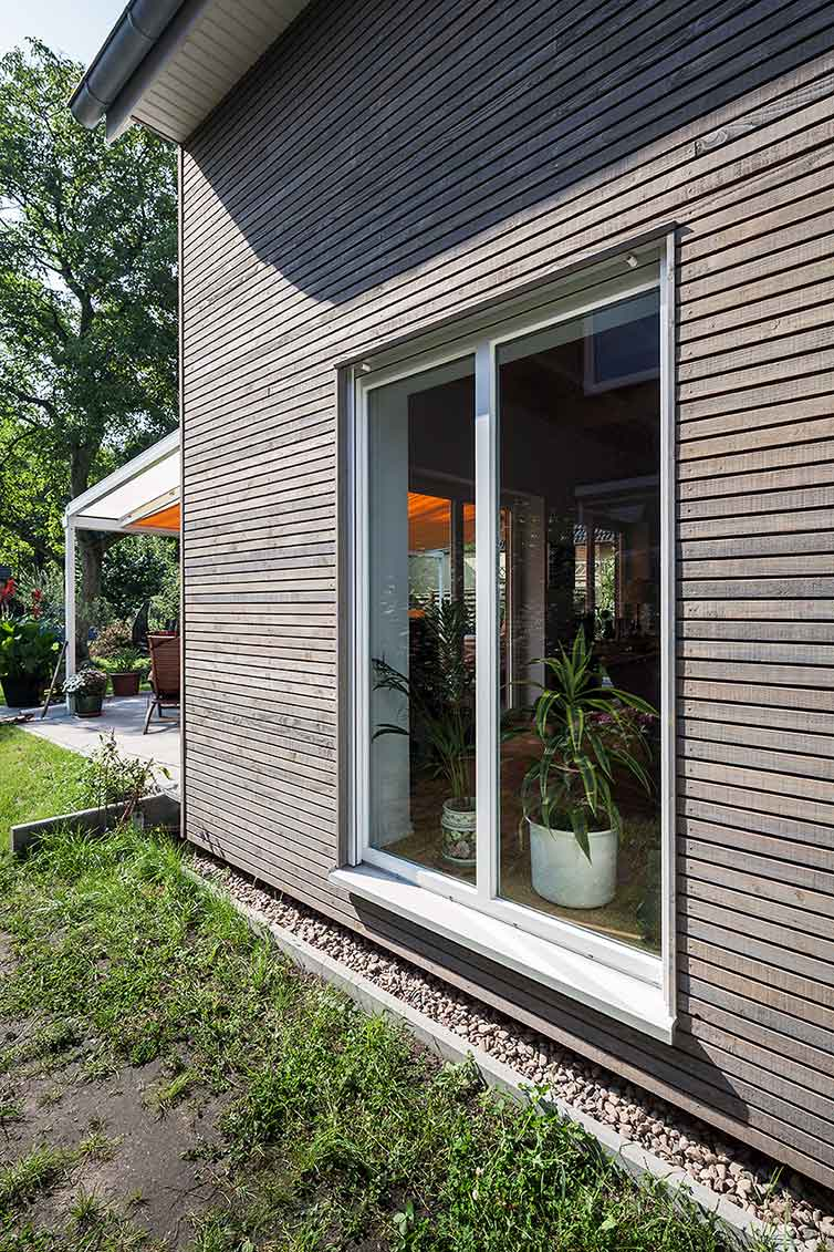 Hausanbau aus Holz, Bremen Oberneuland, Seitenansicht mit Fenster