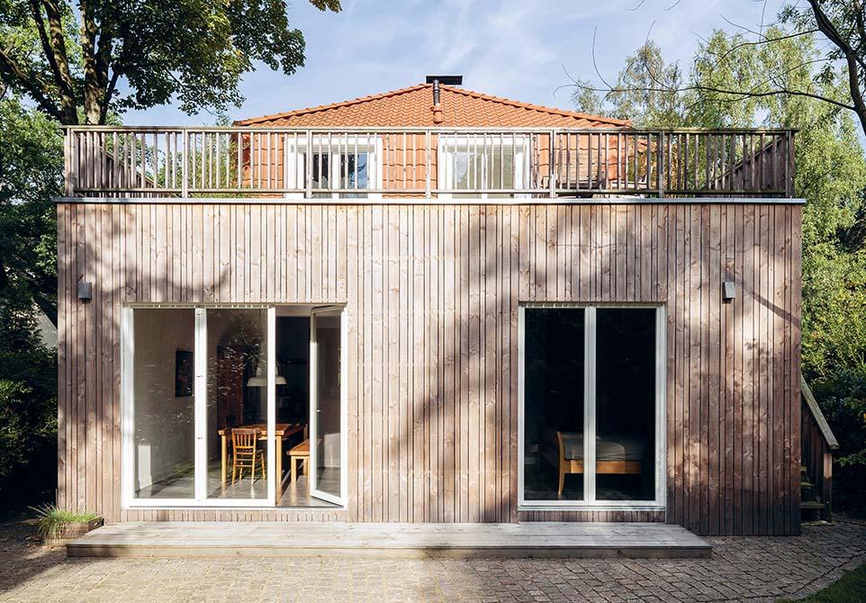 Hausanbau aus Holz mit großer Dachterrasse
