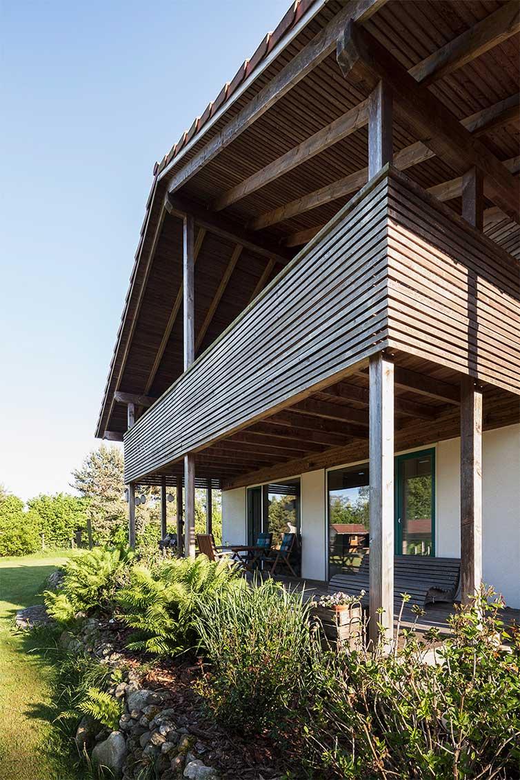Holzhaus Bassen, Großer Balkon als Überdachung des Terrassenbereiches