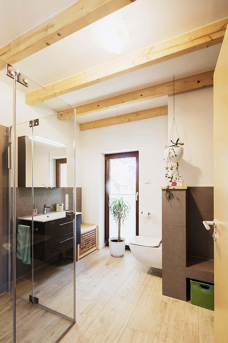 Badezimmer mit Holzbalken in Sichtausführung