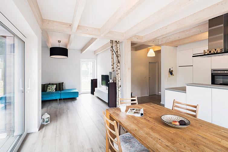 Holzhaus Bremen-Borgfeld, Holzbalkendecke im Wohn- und Küchenbereich