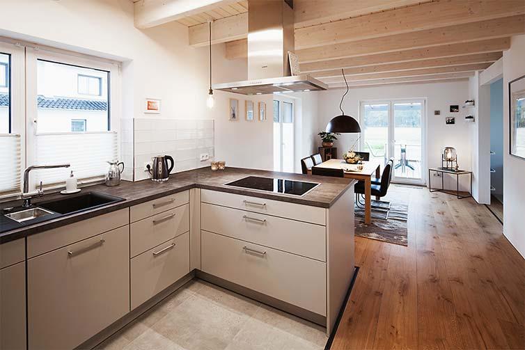 Holzhaus Scheeßel, Küche und Essbereich mit Landhausdielen
