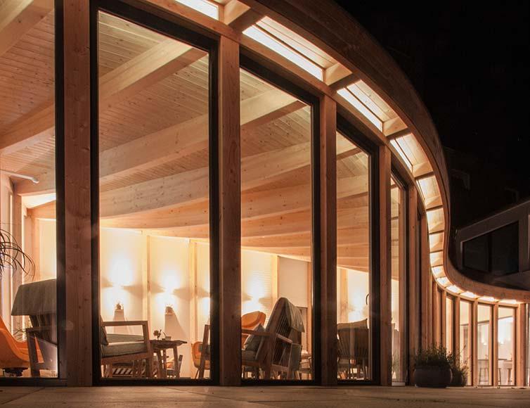 Holzrahmenbau-Anbau in geschwungener Form am Abend, Kloster Damme
