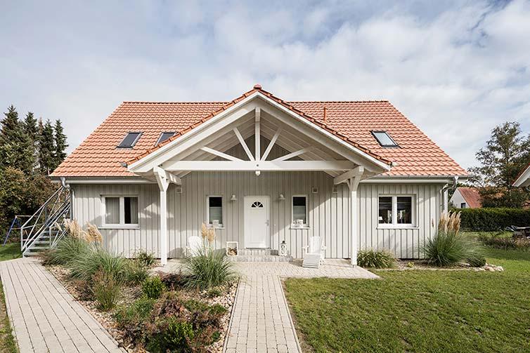 Schwedenhaus Quelkhorn, Außenansicht mit Giebelvordach