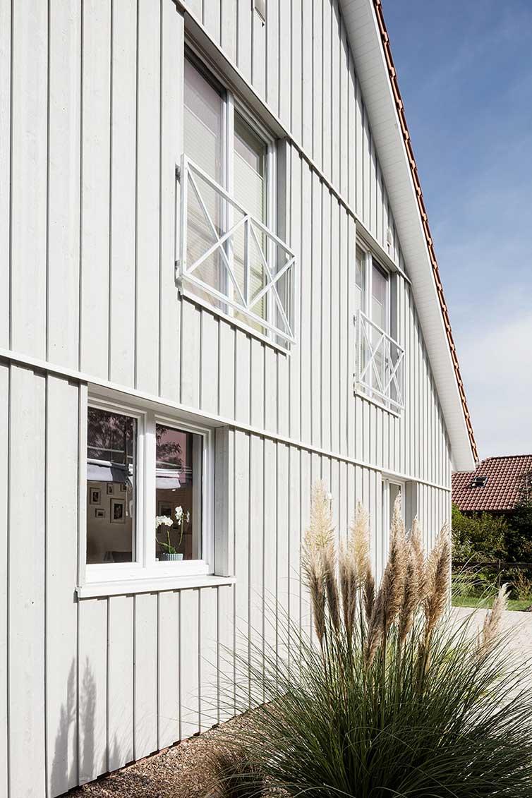 Schwedenhaus Quelkhorn. Außenansicht mit senkrechter Holzverschalung