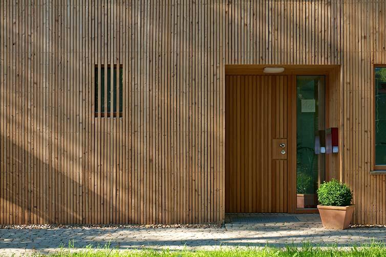 Stadtvilla aus Holz, Bremen Schwachhausen, Eingang mit Lärchenholzfassade