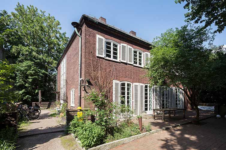Villa mit Sprossenfenstern aus Holz, Bremen